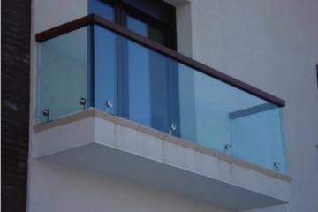 De ce sunt balustradele de sticlă o opțiune perfectă pentru o locuință